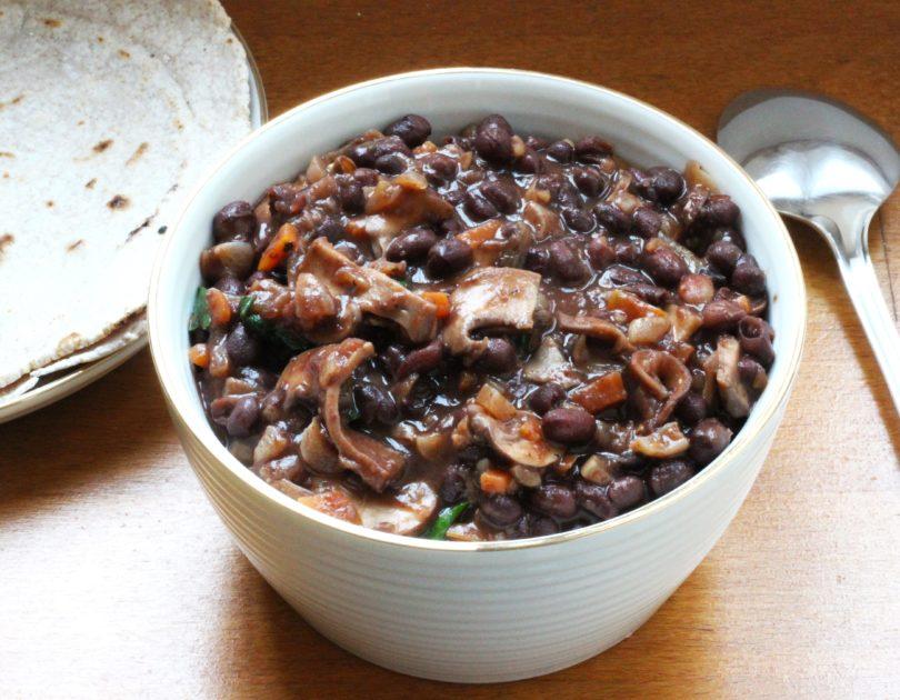 Ragoût de haricots Azuki et légumes d'hiver accompagné de tortillas