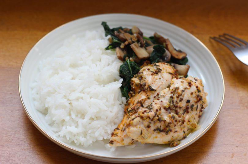 Poulet à la moutarde accompagné de riz thaï et sauté d'épinards chou kale champignons