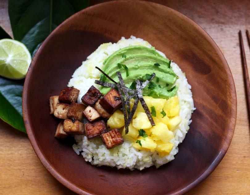 Poke bowl au tofu mariné et ananas