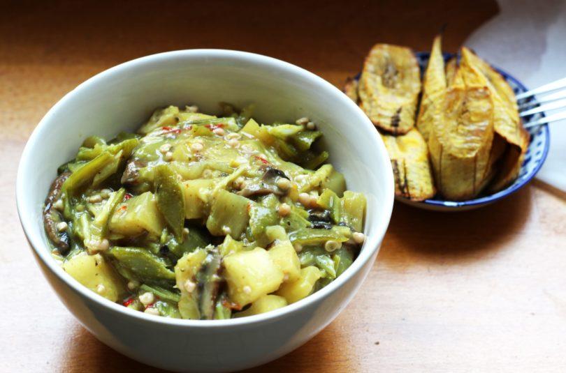 Mijoté de gombos et manioc accompagné de bananes plantain rôties