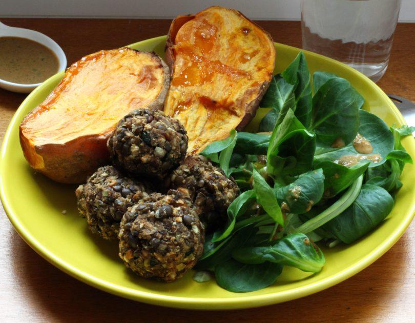 Boulettes de lentilles et patate douce rôtie accompagnés de mâche à la sauce cacahuète