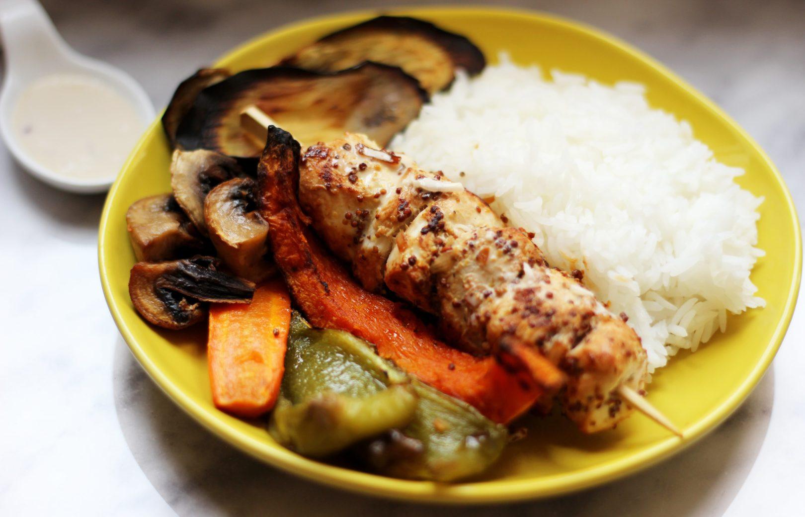 Poulet à la moutarde accompagné de riz thaï et légumes rôtis