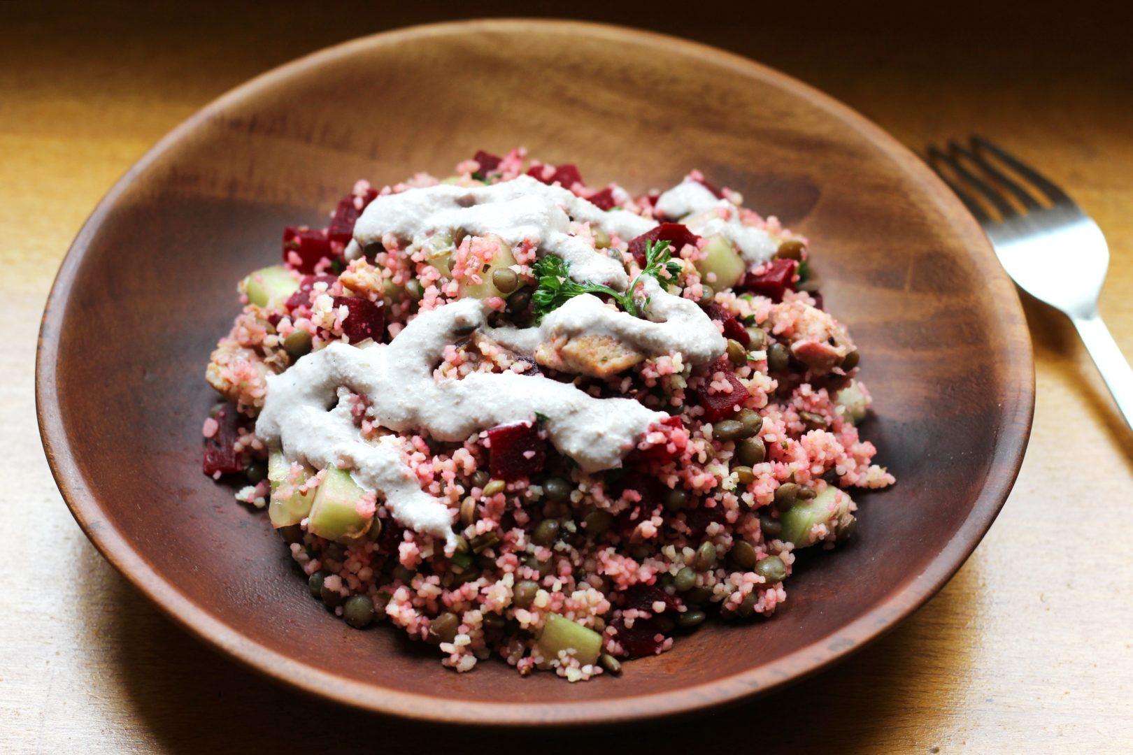 Salade de lentilles vertes au cumin, semoule, dés de poulet et crudités