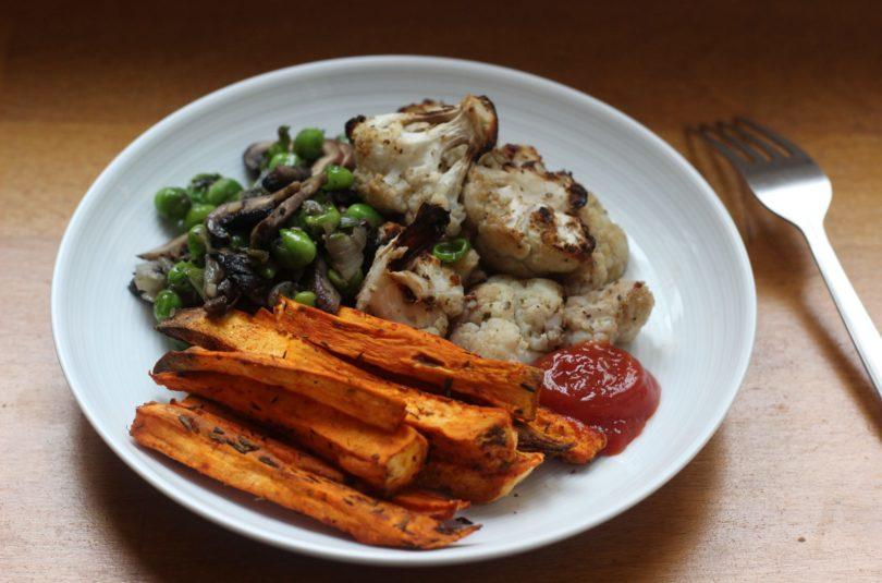 Sauté de petits pois aux champignons, chou-fleur gratiné et frites de patates douces