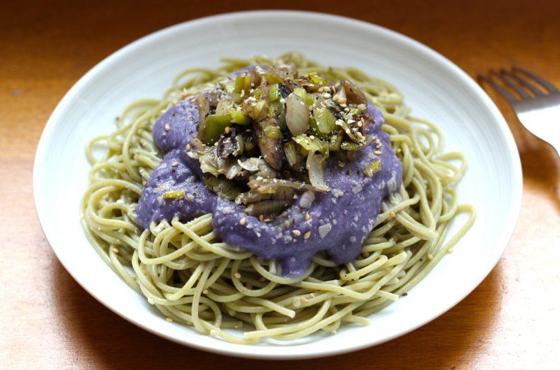 Spaghettis à la sauce au chou rouge et fondue de poireaux aux champignons