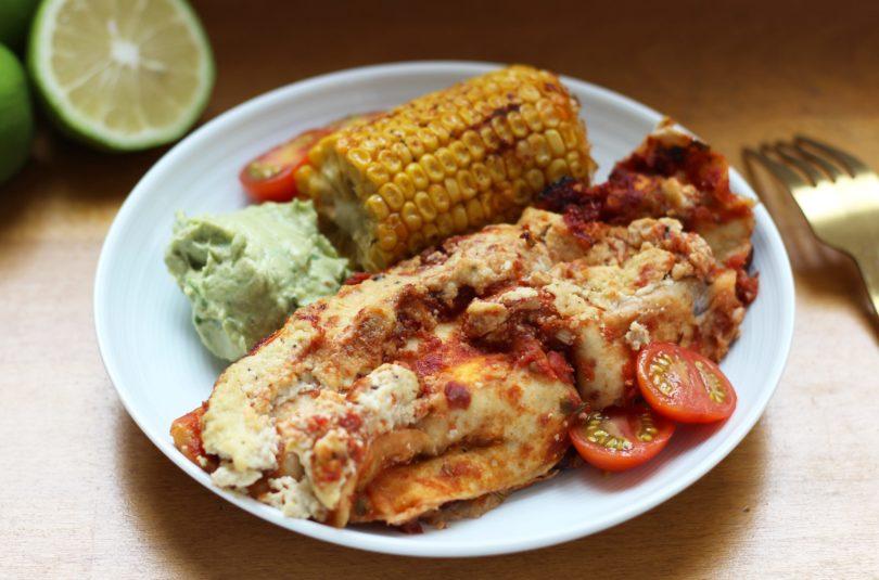 Enchiladas aux poivrons et haricots rouges accompagnées de maïs rôtis et d'une sauce crémeuse à l'avocat