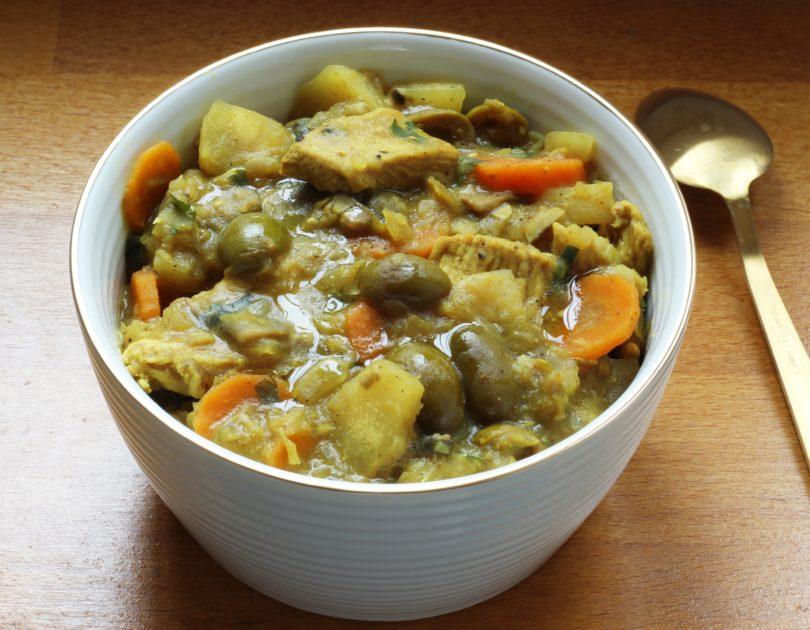 Ragoût de poulet aux olives et manioc