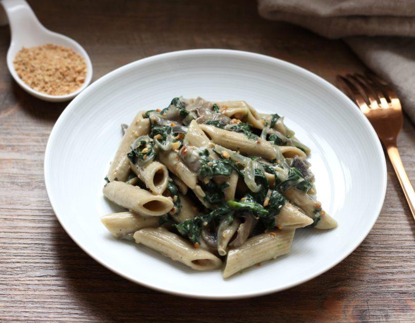 Penne sauce crémeuse aux épinards, champignons et noix de cajou grillées
