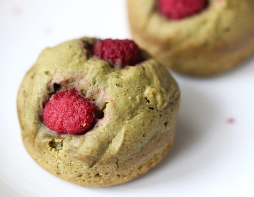 Muffins au thé matcha et aux framboises
